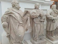 Фигуры апостолов, которые раньше стояли на втором ярусе, теперь в храме