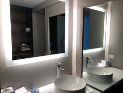 Large and roomy sink area