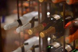 Vidriera con nuestros mejores vinos