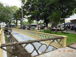 Córrego e vista da praça