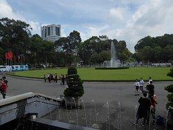 Ein Blick in Richtung Saigon und Garten mit Springbrunnen am Präsidentenpalast