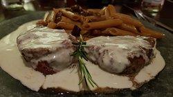 Filet mignon com molho de gorgonzola e penne caramelizado com bacon.