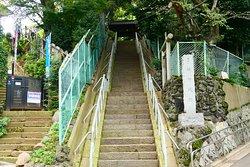 赤羽駅から徒歩だとこの石段の下に着きます。 ここで稲付城の石碑に気付きました。