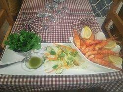 Une Gastronome en culotte courte teste la nouvelle entrée  Assiette d'écrevisses fraiche ses petits légumes et sa vinaigrettes au basilic.