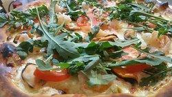 Пицца с морепродуктами.Белый соус ,тигровые креветки,мидии,помидоры,рукккола.