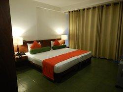 Mooie ruime kamer met frisse kleuren