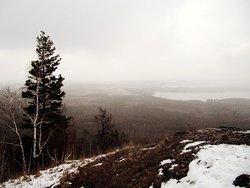Высшая точка г.Сугомак. 590м над у.м. Вид на озеро.