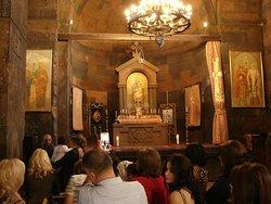 В церкви Пресвятой Богородицы проходят службы.
