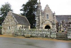 L'église, l'ossuaire, le mur de clôture avec un échalier