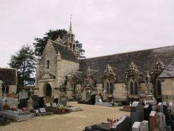 L'église avec ses fenêtres gothiques