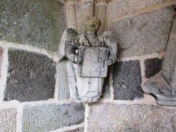 Ange de granit sous le porche d'entrée