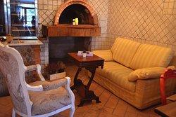 All'interno del locale potrai accomodarti nell'angolo relax, dove troverai giochi da tavolo ed uno scenografico caminetto accanto al quale dimenticarti del mondo esterno.