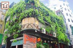 Không gian Pao Quán vô cùng đặc sắc với thiết kế cây xanh bao phủ bên ngoài, cùng các kèo cột gỗ,...