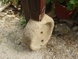 Я думаю , что это чать жернова , но вполне возможно и гигантская пуговица  велкана :)Во всяком  случае  наверняка древняя :)