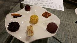 房間內的迎賓餐點,有著松露巧克力、馬可龍、小蛋糕...
