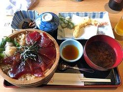 お伊勢参りには欠かせない食事処。てこね寿しを食べながら見る五十鈴川は格別。
