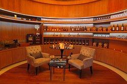 พื้นที่บริเวณติดกันกับล็อบบี้ หลัก ของทางโรงแรมจะเป็น ห้องให้บริการไวน์คุณภาพเยี่ยมพมีทั้งแบบพื้นที่เปิดโล่งและแบบห้องส่วนตัวครับ