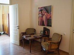 То самое сочетание стариной мебели и современного искусства