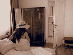 Номер со стариной мебелью