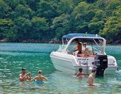 Lagoa Azul Ilha Grande -Angra dos Reis RJ. Passeio de lancha Meira Volta à Ilha Grande. Saída Regular da cidade do Rio de Janeiro, transfer terrestre privado em carro executivo.