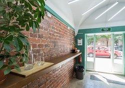 Кафе Сигнал открылось в 2018. Его владельцы вместе с командой сами работают за стойкой.
