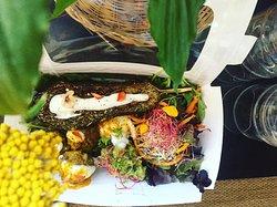 Lunchbox à emporter, aubergine rôtie à l'huile de coco, sauce aux épices cajun, boulettes de boeuf Aubrac au curcuma et mesclun aux graines germées betterave& alfalfa.