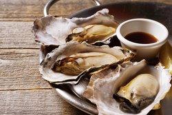 オイスターの浜焼き風Steamed Oysters 牡蠣の素材の良さが引き立つ、旨味が ギュッと詰まったシンプルな調理法です。