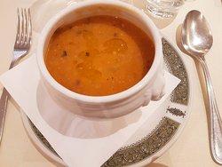 La zuppa di ceci e baccalà è una crema di legumi preparata con ceci passati al colino per ottenere una trama molto sottile.