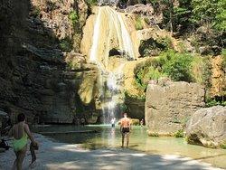 A la cascade d'Anosinampela pendant la descente du fleuve Tsirbihina