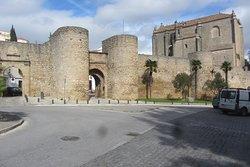 Puerta Almocabar Murallas y Iglesia