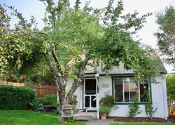 Romantic vacation - look no further than the Abigail's Self- Catering Two Bedroom Vacation Cottage that is in walking distance that all that Ashland, Oregon has to offer