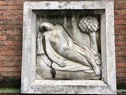 Milano, Palazzo Mezzanotte: La Vergine  (segno zodiacale), opera di Leone Lodi