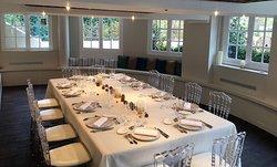 Ce salon privé accueille jusqu'à 24 convives et offre une vue à 180 ° sur la terrasse paysagée.
