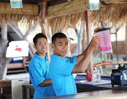 Rendy and Yoga serving fresh juices