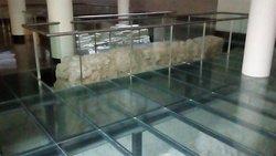 Zona en el hotel con restos arqueológicos de la ciudad