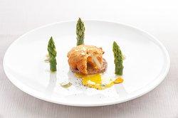 Uovo in camicia alla milanese con cialda croccante di grano saraceno e asparagi