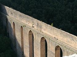 Il Ponte delle Torri a Spoleto, costruito nel Trecento, alto 80 metri e lungo 280, che serviva da acquedotto.