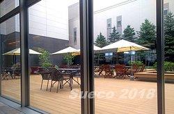 朝食ブッフェの場所から望む休館と新館の間にあるオープンスペース