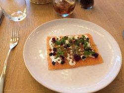 saumon mariné, crème fumée et graines de houblon