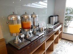 O café da manhã, apresentável, não compensa a falta de respeito da administração do hotel com seus hóspedes.