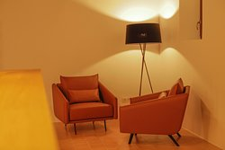 Rincón de lectura con mueble de diseño contemporáneo y atemporal.