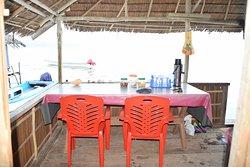 Terrasse de notre bungalow  Mansuar chez Freddy