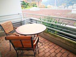Chambre 319, balcon abrité avec vue sur la ville, les montagnes et partiellement sur le lac