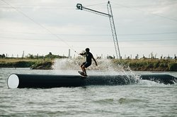 Contamos con variados obstáculos para la práctica del  Wakeboard