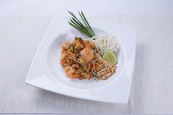 Pad Thai with prawns and tofu served with fresh vegetables