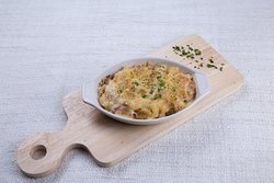 Mac and cheese gratin with sausage and bacon