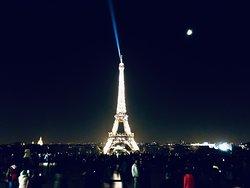 La torre, luna e la magia della notte di Parigi