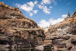 El puente inca de Q'eswachaka, tejido por los descendientes de los incas, imposible no tomarse fotos caminando sobre el puente
