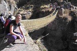 Una foto en el puente Q'eswachaka que mide casi 30 metros de largo y 1.5 metros de ancho, construido en su totalidad de fibra vegetal.