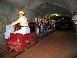 Fahrt mit der Grubenbahn in 150 m Teufe